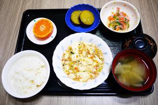 きょうのお昼ごはんは、麻婆豆腐、春雨サラダ、さつま芋の甘辛煮、みそ汁、果物でした。