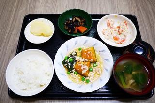 きょうのお昼ごはんは、かぼちゃのそぼろあん、人参の白和え、ひじき煮、みそ汁、果物でした。