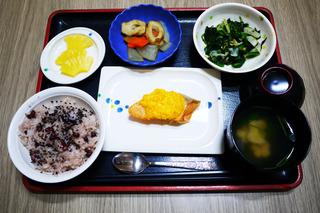 きょうのお昼ごはんは、お赤飯、焼き魚、煮物、和え物、お吸い物、果物でした。