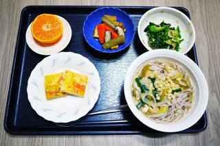 きょうのお昼ごはんは、おそば、いなりすし、卵焼き、煮物、青菜の旨味和え、みそ汁でした。