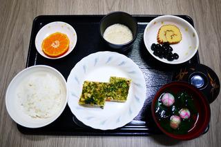 きょうのお昼ごはんは、松風焼き・おとろ・祝い鉢・お吸い物・くだものでした。
