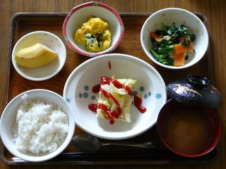 今日のお昼は、鶏挽肉とキャベツの重ね蒸し、かぼちゃサラダ、お浸し、味噌汁、果物です。