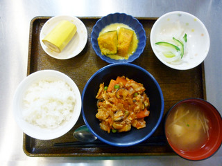 きょうのお昼ごはんは、落とし卵の野菜あんかけ、煮物、和え物、みそ汁、くだものでした。
