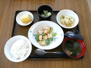 こんな時間になりましたが、今日のお昼は、カジキとアスパラの塩炒め、サラダ、じゃが芋の青のりバター、味噌汁、果物でした。