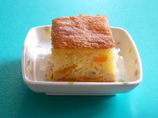 こんな時間ですが、今日のおやつは、【米粉ケーキ】です。