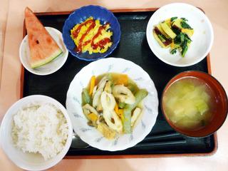 今日のお昼ごはんは、炊き合わせ、酢味噌和え、コーン炒り卵、味噌汁、くだものでした。