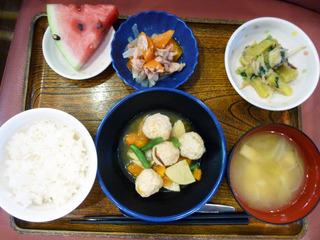 きょうのお昼ごはんは、つくね煮、ごま和え、ツナ人参、味噌汁、くだものでした。