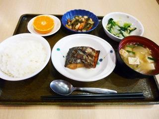 きょうのお昼ごはんは、焼き魚、和え物、大根五目煮、味噌汁、果物でした。