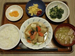今日のお昼ごはんは、けんちん煮、ごま和え、炒り卵、味噌汁、くだものでした。