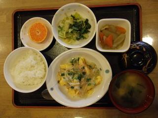 今日のお昼ご飯は、中華風あんかけ、オムレツ、煮物、和え物、味噌汁、果物でした。