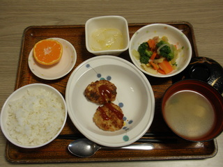 今日のお昼ご飯は、豆腐ハンバーグ、サラダ、大根のゆずあん、味噌汁、果物でした。