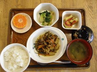 今日のお昼ご飯は、刻み昆布と豚肉の炒め煮、なめたけ和え、いり卵、味噌汁、果物です。