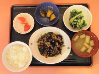 きょうのお昼ご飯は、磯炒め、みぞれ和え、大学芋煮、味噌汁、果物でした。