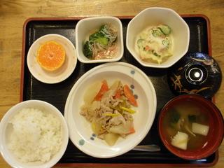 今日のお昼ご飯は、大根と豚肉の甘味噌煮、ポテトサラダ、カニカマあん、味噌汁、果物です。