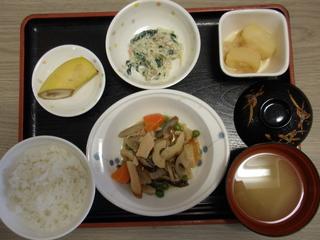 今日のお昼ご飯は、筑前煮、白和え、ツナジャガ、味噌汁、果物でした。