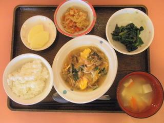 きょうのお昼ご飯は、中華風あんかけオムレツ、煮物、青菜和え、味噌汁、果物でした。