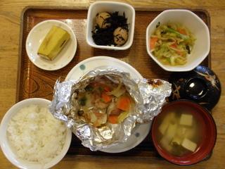 今日のお昼ご飯は、赤魚のホイル焼き、細切り野菜炒め、煮物、味噌汁、果物です。