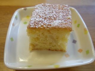 今日のおやつは、米子りんごケーキです。
