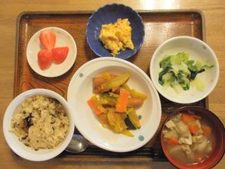 きょうのお昼ご飯は、いわしご飯、煮物、卵焼き、お浸し、けんちん汁、果物でした。