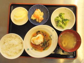 きょうのお昼ご飯は、おとしたまごの野菜あんかけ、そぼろ煮、和え物、味噌汁、果物でした。