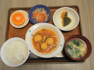 きょうのお昼ご飯は、肉団子のケチャップ煮、かぼちゃミルク煮、ナルム、味噌汁、果物でした。