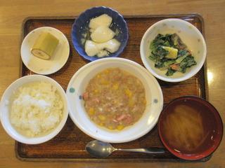 今日のお昼ご飯は、挽き肉とコーンのクリーム煮、温野菜、煮物、味噌汁、果物でした。