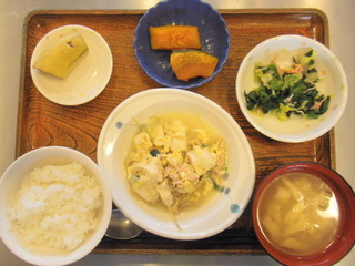 今日のお昼ご飯は、豚肉ともやしのチャンプルー、煮物、甘酢和え、味噌汁、果物でした。