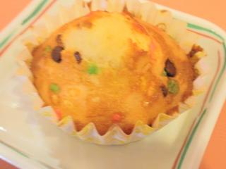 きょうのおやつは、カップケーキでした。バレンタインデーの手作りおやつづくりでした。午前中にご利用者の皆さんにトッピングなどのお手伝いをしていただきました。
