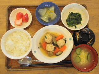 今日のお昼ご飯は、鶏つくね煮、胡麻和え、大根のゆずあん、味噌汁、果物でした。