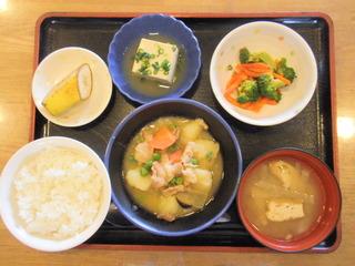 きょうのお昼ご飯は、こっくり味噌肉ジャガ、お浸し、煮奴、味噌汁、果物でした。