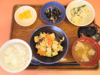きょうのお昼ご飯は、高野豆腐の卵とじ、白和え、酢の物、味噌汁、果物でした。