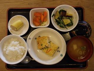 今日のお昼ご飯は、擬製豆腐、芋和え、人参のじゃこ煮、味噌汁、果物でした。