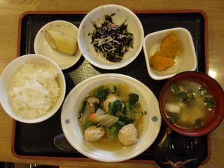 今日のお昼ご飯は、肉だんごと白菜の煮物、かぼちゃミルク煮、和え物、味噌汁、果物でした。
