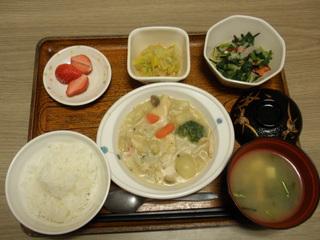 今日のお昼ご飯は、クリームシチュー、サラダ、和え物、味噌汁、果物です。