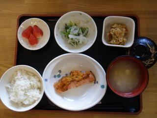 今日のお昼ご飯は、鮭の生姜じょうゆ焼き、炒りおから、大根ナムル、味噌汁、果物でした。