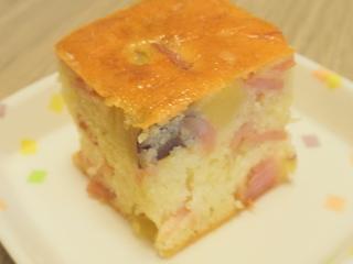 今日のおやつは、ハムいもケーキでした。