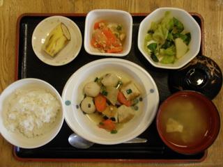 今日のお昼ご飯は、けんちん煮、胡麻和え、そぼろ煮、味噌汁、果物です。