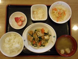 今日のお昼ご飯は、豚肉と厚揚げのみそ炒め、華風和え、長芋の梅和え、味噌汁、果物でした。