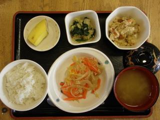 今日のお昼ご飯は、鮭のゆず蒸し、炒りおから、おひたし、味噌汁、果物です。