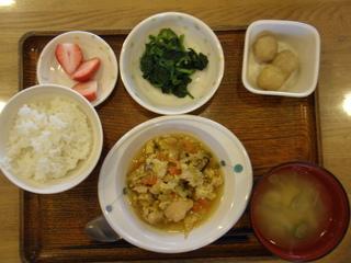 今日のお昼ご飯は、親子煮、青菜の辛し和え、里芋煮、味噌汁、果物でした。