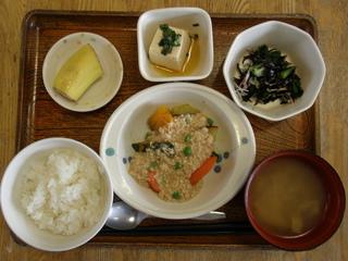 今日のお昼ご飯は、野菜のそぼろあん、酢の物、煮奴、味噌汁、果物です。