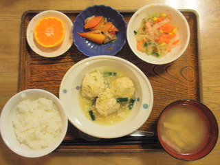 きょうのお昼ご飯は、挽き肉と白菜の蒸し煮、春雨サラダ、煮物、味噌汁、果物でした。