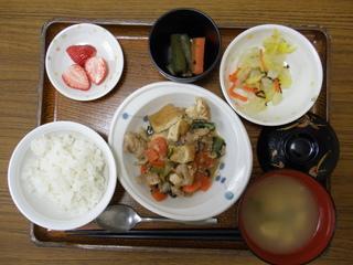 今日のお昼ご飯は、豚肉と厚揚げの味噌煮、和え物、ふきの炒め煮、味噌汁、果物です。