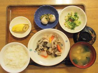きょうのお昼ご飯は、和風ポトフ、みそマヨ和え、里芋のなめたけがけ、味噌汁、くだものでした。