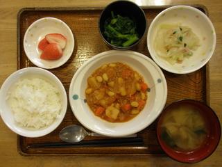今日のお昼ご飯は、ポークビーンズ、サラダ、お浸し、味噌汁、果物です。
