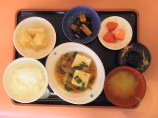きょうのお昼ご飯は、豆腐の野菜あんかけ、そぼろ煮、煮物、味噌汁、くだものでした。
