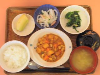 きょうのお昼ご飯は、ポークビーンズ、サラダ、和え物、味噌汁、くだものでした。