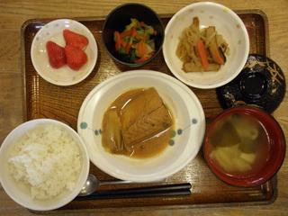 今日のお昼ご飯は、鯖の味噌煮、ごま酢和え、切り干し煮、味噌汁、果物です。