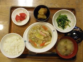 今日のお昼ご飯は、八宝菜、お浸し、じゃが煮、味噌汁、果物です。