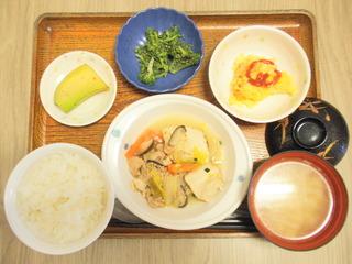 きょうのお昼ご飯は、すき焼き風煮、胡麻和え、炒り卵、味噌汁、くだものでした。